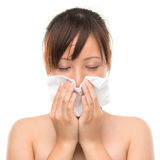 Γρίπη ή κρύο - άρρωστη φυσώντας μύτη γυναικών φτερνίσματος. Στοκ Εικόνα