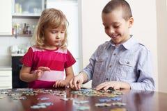 γρίφοι παιχνιδιού κοριτσ& Στοκ φωτογραφίες με δικαίωμα ελεύθερης χρήσης