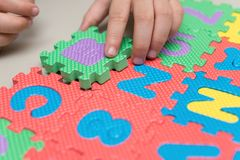 Γρίφοι τορνευτικών πριονιών αλφάβητου παιχνιδιού παιδιών Στοκ Εικόνες