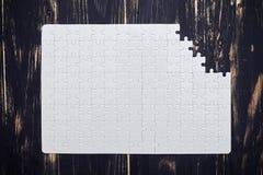 Γρίφος με ένα ελλείπον μέρος στο ξύλινο γραφείο Στοκ φωτογραφία με δικαίωμα ελεύθερης χρήσης