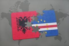 γρίφος με τη εθνική σημαία της Αλβανίας και του Ακρωτηρίου Βέρντε σε έναν παγκόσμιο χάρτη Στοκ Εικόνες