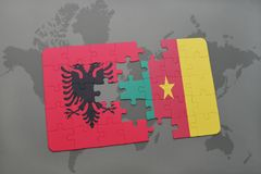 γρίφος με τη εθνική σημαία της Αλβανίας και του Καμερούν σε έναν παγκόσμιο χάρτη Στοκ εικόνες με δικαίωμα ελεύθερης χρήσης