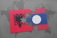 γρίφος με τη εθνική σημαία της Αλβανίας και του Λάος σε έναν παγκόσμιο χάρτη Στοκ εικόνα με δικαίωμα ελεύθερης χρήσης