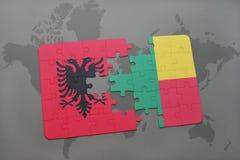 γρίφος με τη εθνική σημαία της Αλβανίας και του Μπενίν σε έναν παγκόσμιο χάρτη Στοκ εικόνα με δικαίωμα ελεύθερης χρήσης