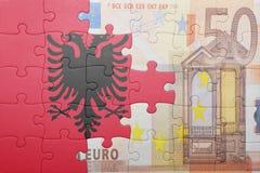Γρίφος με τη εθνική σημαία της Αλβανίας και του ευρο- τραπεζογραμματίου Στοκ Φωτογραφία