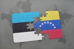 γρίφος με τη εθνική σημαία της Εσθονίας και της Βενεζουέλας σε έναν παγκόσμιο χάρτη Στοκ φωτογραφία με δικαίωμα ελεύθερης χρήσης