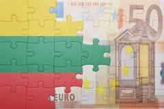 Γρίφος με τη εθνική σημαία της Λιθουανίας και του ευρο- τραπεζογραμματίου Στοκ φωτογραφία με δικαίωμα ελεύθερης χρήσης