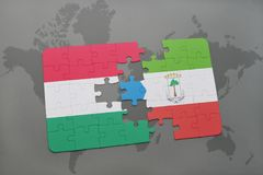 γρίφος με τη εθνική σημαία της Ουγγαρίας και της Ισημερινής Γουινέας σε έναν παγκόσμιο χάρτη Στοκ φωτογραφία με δικαίωμα ελεύθερης χρήσης