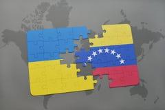γρίφος με τη εθνική σημαία της Ουκρανίας και της Βενεζουέλας σε έναν παγκόσμιο χάρτη Στοκ φωτογραφία με δικαίωμα ελεύθερης χρήσης