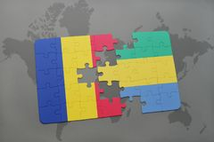 γρίφος με τη εθνική σημαία της Ρουμανίας και της Γκαμπόν σε έναν παγκόσμιο χάρτη Στοκ Φωτογραφίες