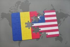 γρίφος με τη εθνική σημαία της Ρουμανίας και της Λιβερίας σε έναν παγκόσμιο χάρτη Στοκ Φωτογραφία