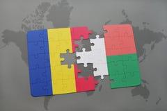 γρίφος με τη εθνική σημαία της Ρουμανίας και της Μαδαγασκάρης σε έναν παγκόσμιο χάρτη Στοκ φωτογραφία με δικαίωμα ελεύθερης χρήσης