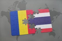 γρίφος με τη εθνική σημαία της Ρουμανίας και της Ταϊλάνδης σε έναν παγκόσμιο χάρτη Στοκ εικόνες με δικαίωμα ελεύθερης χρήσης