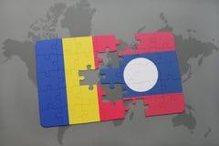 γρίφος με τη εθνική σημαία της Ρουμανίας και του Λάος σε έναν παγκόσμιο χάρτη Στοκ φωτογραφίες με δικαίωμα ελεύθερης χρήσης