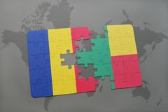 γρίφος με τη εθνική σημαία της Ρουμανίας και του Μπενίν σε έναν παγκόσμιο χάρτη Στοκ φωτογραφίες με δικαίωμα ελεύθερης χρήσης