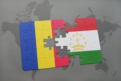 γρίφος με τη εθνική σημαία της Ρουμανίας και του Τατζικιστάν σε έναν παγκόσμιο χάρτη Στοκ Εικόνες