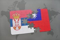γρίφος με τη εθνική σημαία της Σερβίας και της Ταϊβάν σε έναν παγκόσμιο χάρτη Στοκ φωτογραφία με δικαίωμα ελεύθερης χρήσης