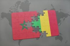 γρίφος με τη εθνική σημαία του Μαρόκου και του Μαλί σε έναν παγκόσμιο χάρτη Στοκ Εικόνες