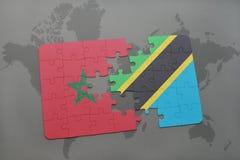 γρίφος με τη εθνική σημαία του Μαρόκου και της Τανζανίας σε έναν παγκόσμιο χάρτη Στοκ Εικόνες