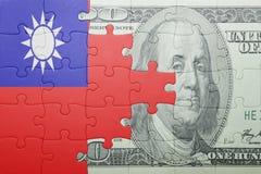 Γρίφος με τη εθνική σημαία του τραπεζογραμματίου της Ταϊβάν και δολαρίων Στοκ εικόνες με δικαίωμα ελεύθερης χρήσης