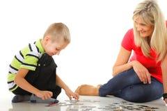 Γρίφος παιχνιδιού μητέρων μαζί με το γιο της Στοκ φωτογραφίες με δικαίωμα ελεύθερης χρήσης