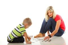 Γρίφος παιχνιδιού μητέρων μαζί με το γιο της Στοκ Εικόνα