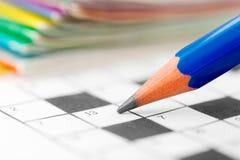 Γρίφος σταυρόλεξων και μολύβι στοκ εικόνες