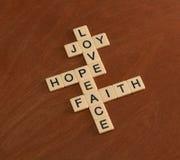 Γρίφος σταυρόλεξων με την πίστη λέξεων, ελπίδα, αγάπη crucifix έννοιας ανασκόπησης καφετί ελεύθερο μικρό διαστημικό μόνιμο κείμεν στοκ εικόνα με δικαίωμα ελεύθερης χρήσης