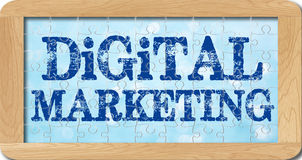 Γρίφος τορνευτικών πριονιών του ψηφιακού μάρκετινγκ στο ξύλινο πλαίσιο Στοκ φωτογραφία με δικαίωμα ελεύθερης χρήσης