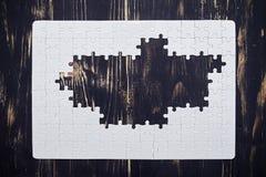 Γρίφος χωρίς μέσο μέρος στο σκοτεινό ξύλινο γραφείο Στοκ φωτογραφία με δικαίωμα ελεύθερης χρήσης