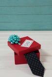 Γραβάτα στο κιβώτιο δώρων με το κείμενο μπαμπάδων στον πίνακα Στοκ φωτογραφίες με δικαίωμα ελεύθερης χρήσης