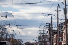 Γραμμές ηλεκτρικής δύναμης, στους ξύλινους πόλους, παροχή ηλεκτρισμού, τηλεφωνικές γραμμές και καλώδια τραμ, που τηρούν τα βορειο στοκ φωτογραφία