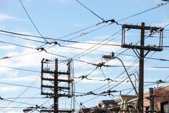 Γραμμές ηλεκτρικής δύναμης, στους ξύλινους πόλους, παροχή ηλεκτρισμού, τηλεφωνικές γραμμές και καλώδια τραμ, που τηρούν τα βορειο στοκ φωτογραφίες με δικαίωμα ελεύθερης χρήσης