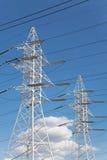 Γραμμές μετάδοσης δύναμης ενάντια στο μπλε ουρανό Στοκ Φωτογραφίες