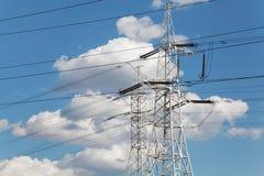 Γραμμές μετάδοσης δύναμης ενάντια στο μπλε ουρανό Στοκ εικόνες με δικαίωμα ελεύθερης χρήσης