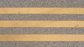 Γραμμές στο δρόμο οδικών για τους πεζούς διαβάσεων που χαρακτηρίζει τις ευθείες γραμμές στοκ εικόνες