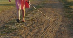 Γραμμές σχεδίων κοριτσιών από το ραβδί στη σκόνη απόθεμα βίντεο