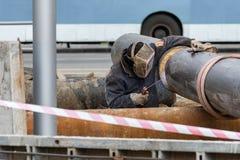 Γραμμή αερίου συγκόλλησης εργαζομένων Στοκ εικόνα με δικαίωμα ελεύθερης χρήσης
