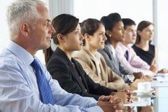 Γραμμή ακούσματος επιχειρηματιών την παρουσίαση που κάθεται σε Glas Στοκ Φωτογραφίες