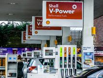 Γραμμή αντλιών στο πρατήριο καυσίμων της Shell, Chorleywood στοκ φωτογραφία