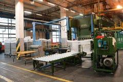 Γραμμή για τη συσκευασία και τη συσκευασία της χημικής, τεχνητής, συνθετικής άσπρης ακρυλικής ίνας σε ένα εργοστάσιο χημικής βιομ Στοκ Φωτογραφίες