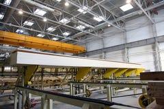 Γραμμή για το ξύλο επεξεργασίας στις εγκαταστάσεις ξυλουργικής και επίπλων Στοκ Εικόνα