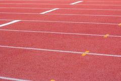 Γραμμή επίθεσης, τρέχοντας διαδρομή, διαδρομή αθλητισμού, ένα κόκκινο, άσπρο έδαφος Στοκ εικόνες με δικαίωμα ελεύθερης χρήσης