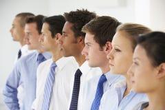 Γραμμή επιχειρηματιών κοιτάζοντας μπροστά Στοκ Εικόνες