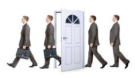 Γραμμή επιχειρηματιών που περνούν από την πόρτα Στοκ Εικόνα
