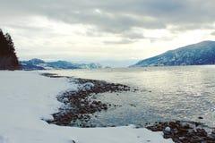 Γραμμή και βουνά ακτών χειμερινών λιμνών Στοκ Φωτογραφία