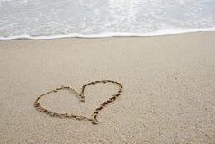 Γραμμή καρδιών επάνω στην παραλία Στοκ φωτογραφία με δικαίωμα ελεύθερης χρήσης