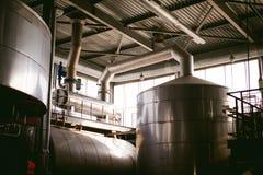 Γραμμή κατασκευής μπύρας Εξοπλισμός για την οργανωμένη εμφιάλωση παραγωγής των τελικών τροφίμων Δομές, σωλήνες και δεξαμενές μετά στοκ εικόνες με δικαίωμα ελεύθερης χρήσης