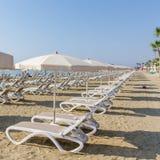 Γραμμή κρεβατιών και ομπρελών ήλιων σε μια παραλία της Λάρνακας Στοκ εικόνα με δικαίωμα ελεύθερης χρήσης