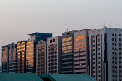 Γραμμή κτηρίων στο Αμπού Ντάμπι, Ε.Α.Ε. στοκ φωτογραφία με δικαίωμα ελεύθερης χρήσης